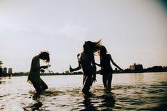 Amis de hippie à la plage Photos libres de droits