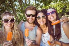 Amis de hippie appréciant des esquimaux Image stock