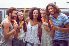 Amis de hippie appréciant des esquimaux Photographie stock libre de droits
