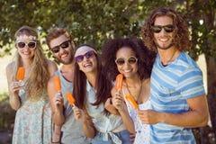 Amis de hippie appréciant des esquimaux Photo libre de droits