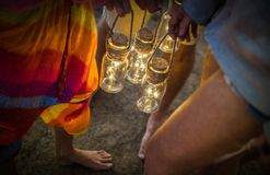 Amis de hippie ayant l'amusement ensemble à la partie de camping de plage Photographie stock