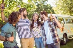 Amis de hippie ayant une bière ensemble Image stock