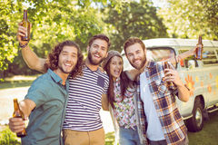 Amis de hippie ayant une bière ensemble Photographie stock