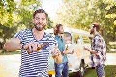 Amis de hippie ayant une bière ensemble Images stock