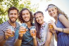 Amis de hippie ayant une bière ensemble Image libre de droits