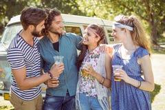 Amis de hippie ayant une bière ensemble Photo stock