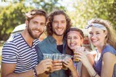 Amis de hippie ayant une bière ensemble Photographie stock libre de droits