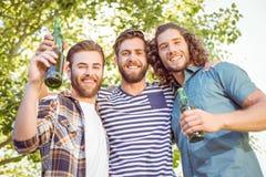 Amis de hippie ayant une bière ensemble Photos stock