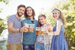 Amis de hippie ayant une bière ensemble Photos libres de droits