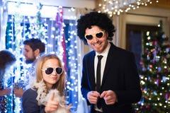 Amis de hippie célébrant de nouvelles années Ève ensemble, dansant Photo stock