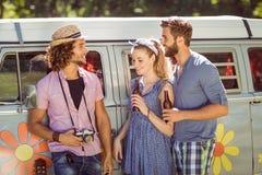 Amis de hippie causant et buvant Photo libre de droits