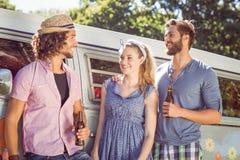 Amis de hippie causant et buvant Photographie stock libre de droits