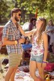 Amis de hippie causant sur le terrain de camping Photographie stock libre de droits