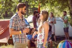 Amis de hippie causant sur le terrain de camping Images stock