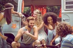 Amis de hippie dans le camping-car au festival Image stock