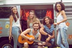 Amis de hippie dans le camping-car au festival Photo stock