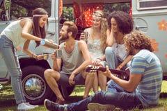 Amis de hippie dans le camping-car au festival Photographie stock