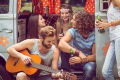 Amis de hippie dans le camping-car au festival Images stock