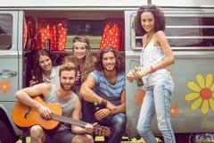 Amis de hippie dans un camping-car Photographie stock