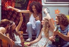 Amis de hippie en le camping-car au festival Photographie stock libre de droits