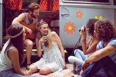 Amis de hippie en le camping-car au festival Photographie stock