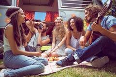 Amis de hippie en le camping-car au festival Images libres de droits