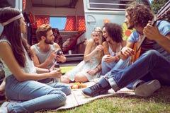 Amis de hippie en le camping-car au festival Image libre de droits