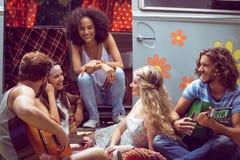 Amis de hippie en le camping-car au festival Images stock