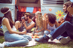 Amis de hippie en le camping-car au festival Photos stock