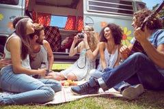Amis de hippie en le camping-car au festival Image stock