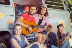 Amis de hippie en leur camping-car Photo libre de droits