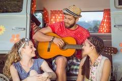 Amis de hippie en leur camping-car Photos libres de droits