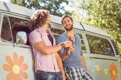 Amis de hippie grillant avec des bières Photos stock
