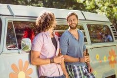 Amis de hippie grillant avec des bières Images libres de droits
