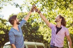 Amis de hippie grillant avec des bières Image libre de droits