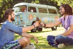 Amis de hippie grillant avec des bières Photographie stock libre de droits