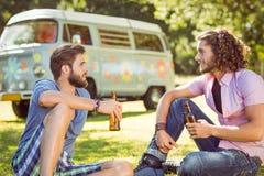 Amis de hippie grillant avec des bières Photos libres de droits
