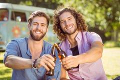 Amis de hippie grillant avec des bières Photo stock