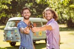 Amis de hippie grillant avec des bières Photo libre de droits