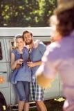 Amis de hippie posant et buvant Image stock