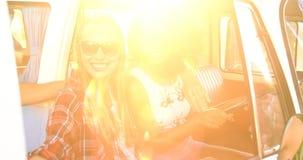 Amis de hippie prenant des selfies clips vidéos