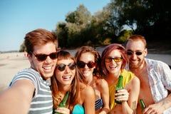 Amis de hippie prenant le selfie Images stock