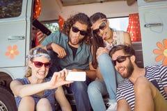 Amis de hippie prenant un selfie Photos stock