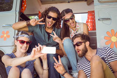 Amis de hippie prenant un selfie Photo stock