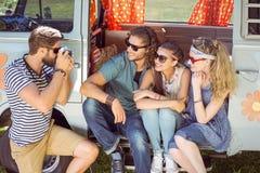 Amis de hippie prenant une photo Photographie stock libre de droits