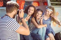 Amis de hippie prenant une photo Photographie stock