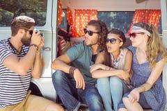 Amis de hippie prenant une photo Image libre de droits