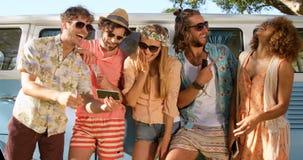 Amis de hippie regardant le smartphone et rire banque de vidéos