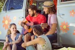 Amis de hippie s'asseyant en leur camping-car Images stock