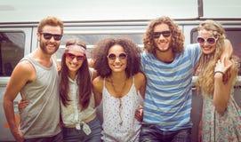 Amis de hippie souriant à l'appareil-photo Image libre de droits